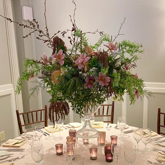 Such a fun night at the @equinoxresort in Manchester! Fab flowers by @tarapollioeventdesign. Gorgeous linens with a kiss of color from @linenshopvt. An amazing dinner and service by the Equinox team. Great conversation with friends and lots of new couples. 💚 Special thanks to Rachel LeClair for hosting this great event!