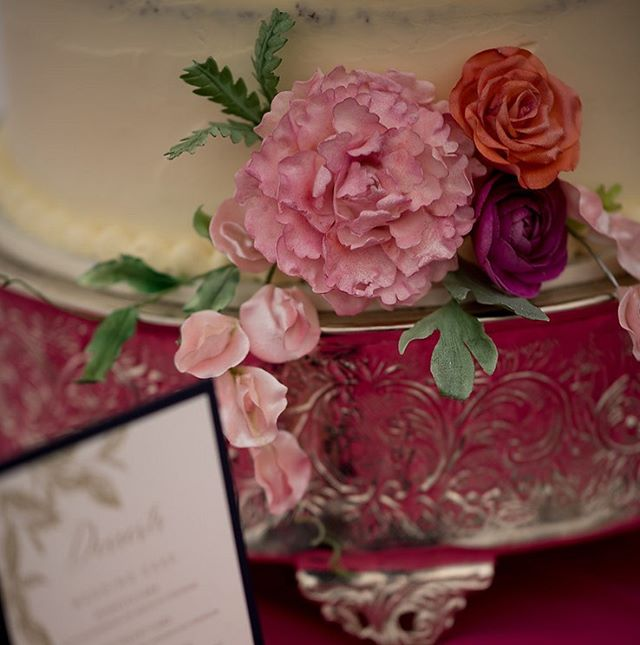 The best photographers will seek out the littlest details to document. And you'll be so glad they did. 🌸 @jennifermardusphotography is great at doing this! These sugar flowers are mini works of art by @irenemaston - missing you! #VT