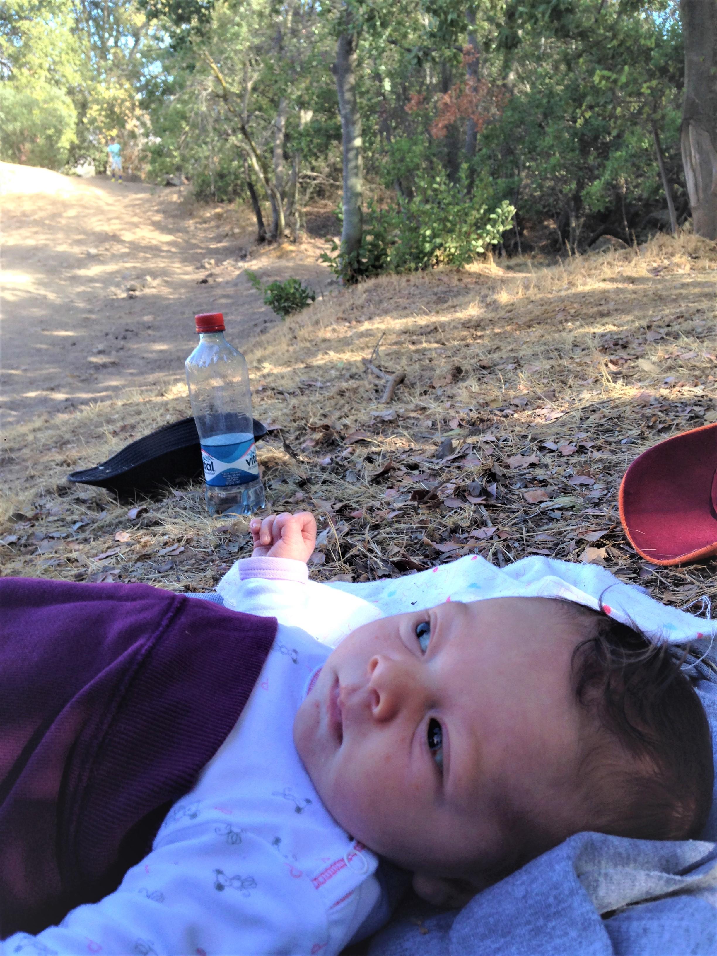 De 0 a 99 años - Esta foto es del primer paseo de una de mis hijas, tenía 5 días. Salimos a caminar un par de kilómetros cerca de nuestra casa. Nos hizo muy bien a las dos. Ella claramente lo disfrutó.
