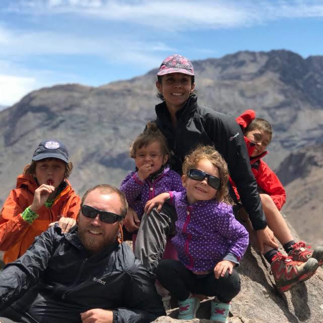 La autora, Ignacia Rojas - Mi marido y mis cuatro hijos son mi cordada eterna. Soy amante de la naturaleza por herencia y por elección. Caminante, campista, orgullosa habitante de las faldas de la Cordillera de los Andes. Periodista.