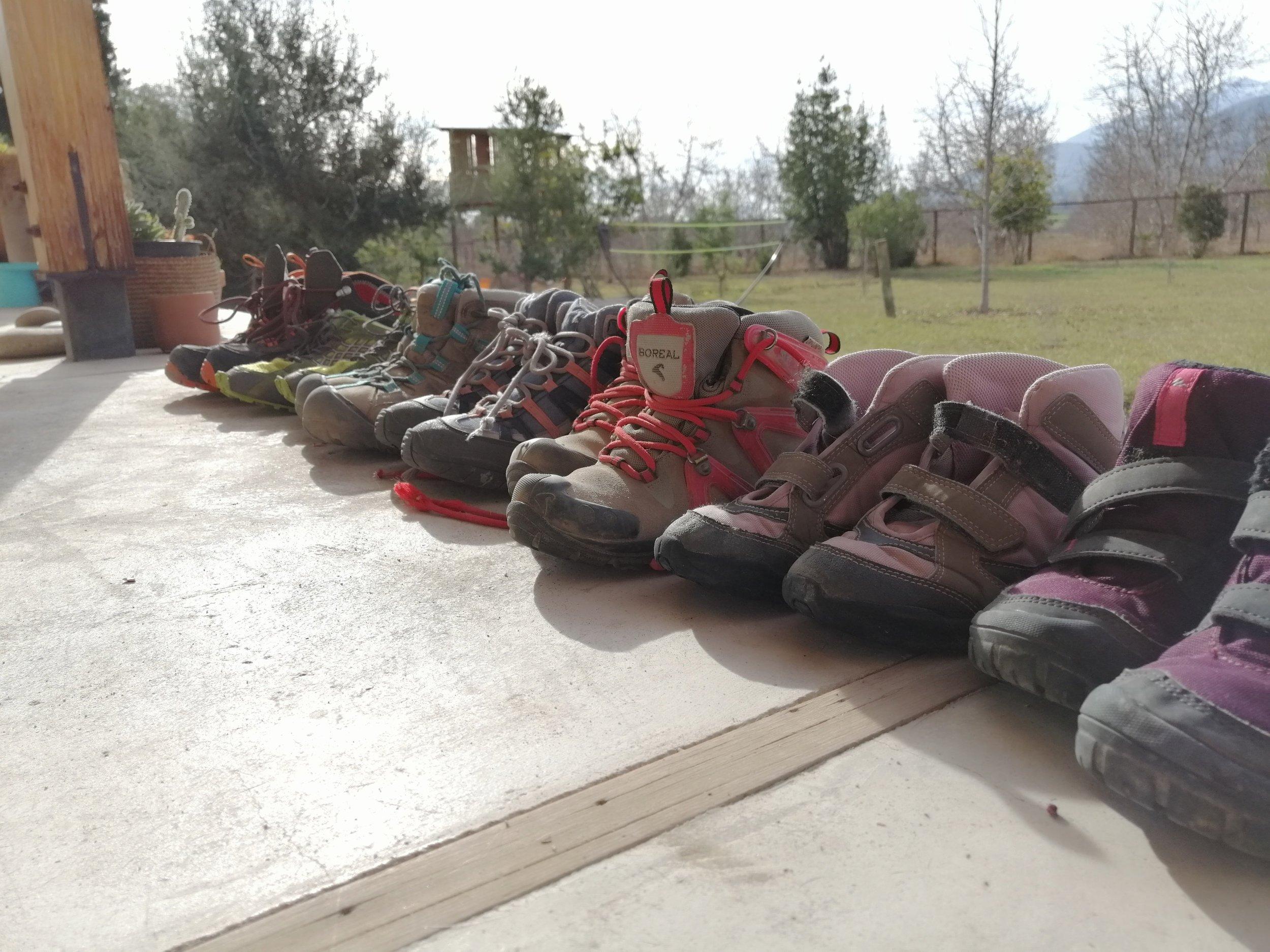 Nuestro stock actual - Una combinación de bototos más pro de Andesgear, unas zapatillas livianas Lippi y varios bototos salvadores de Decathlon.