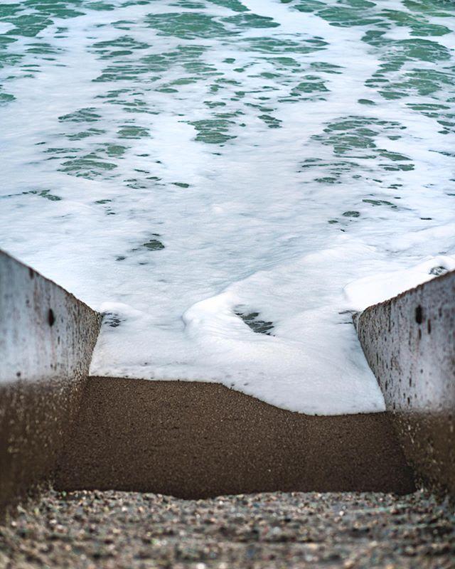 """Saltwater Pool"", one of my favorites 🖼  www.bcalifineart.com/buyprints ••••• Umas das minhas fotos favoritas !! Fico imaginando essa escadinha dando pra um mar de água quentinha onde a gente pode entrar sem medo de congelar!! Só que não por aqui 🥶 ❄️ • • • #fineartphoto #wallartdecor #wallartprint #fineartprints #pacifica #californiathroughmylens #australiaart #wallartwork #wallartphotography #canvasprints #manfrotto #alphacollective #sony_shots #adobelightroom #saltwaterpool #thepacificocean #fineartphotograph #artsyphotography #californiaroadtrip #bayareaart #sfartist #academyofarts #fineartphototour #fineartphotographyprints #walldecorideas #saltwaterheals #quadrosdecorativos #fotografiacontemporanea #fineartfoto"