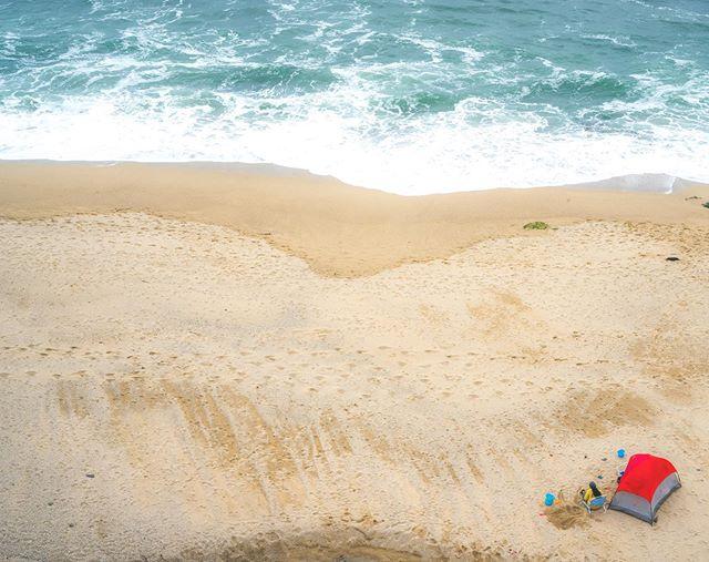 Summer is around the corner 🙌🏼🙌🏼 • • • • • • #california #californiasummer #summeriscoming #sonyimage #californiadream #californiatrip #beachlife #oceanpacific #halfmoonbay #fineartphotography #framedprint #bcaliartwork #halfmoonbaybeach #bayarea #tent #redtent #arialphotography #lightroom #adobe #praia #ocean #sunneyday #mar #californiaroadtrip #beachday #summer2019 #californiaadventure #sonyalphacollective #alphacollective