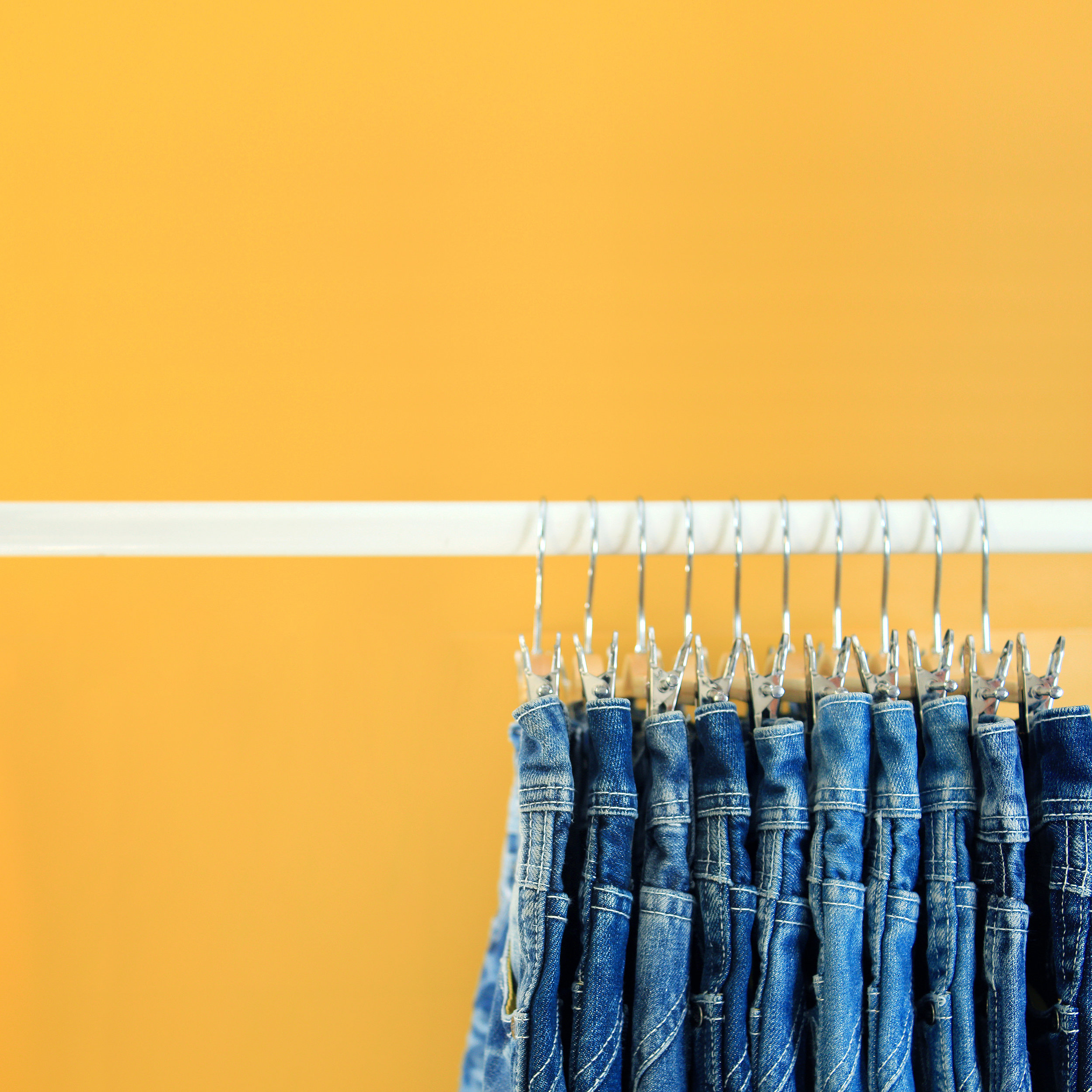 row-of-hanged-blue-jeans-P7DHKH9.jpg