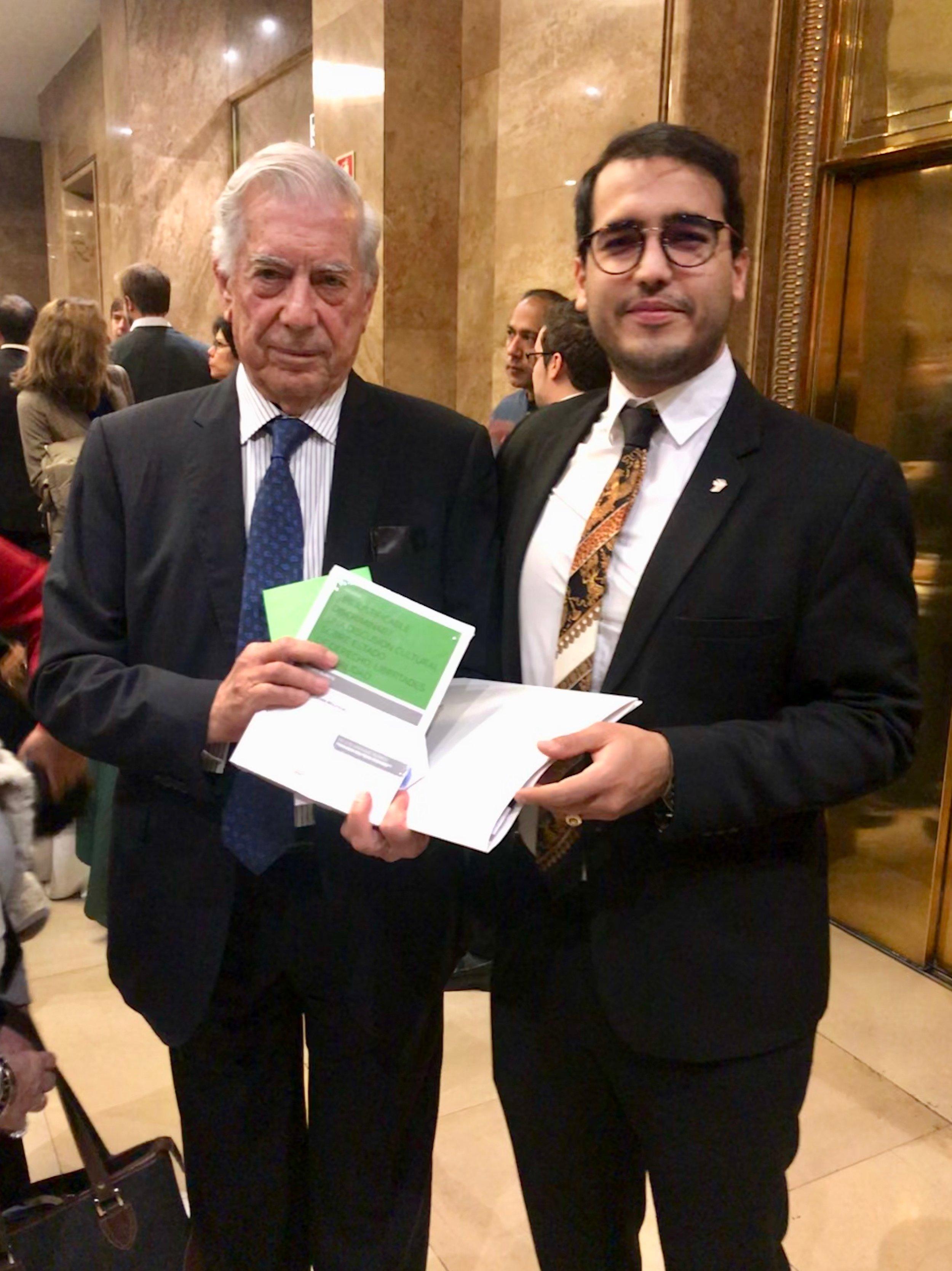 Duarte entrega libro a Mario Vargas Llosa