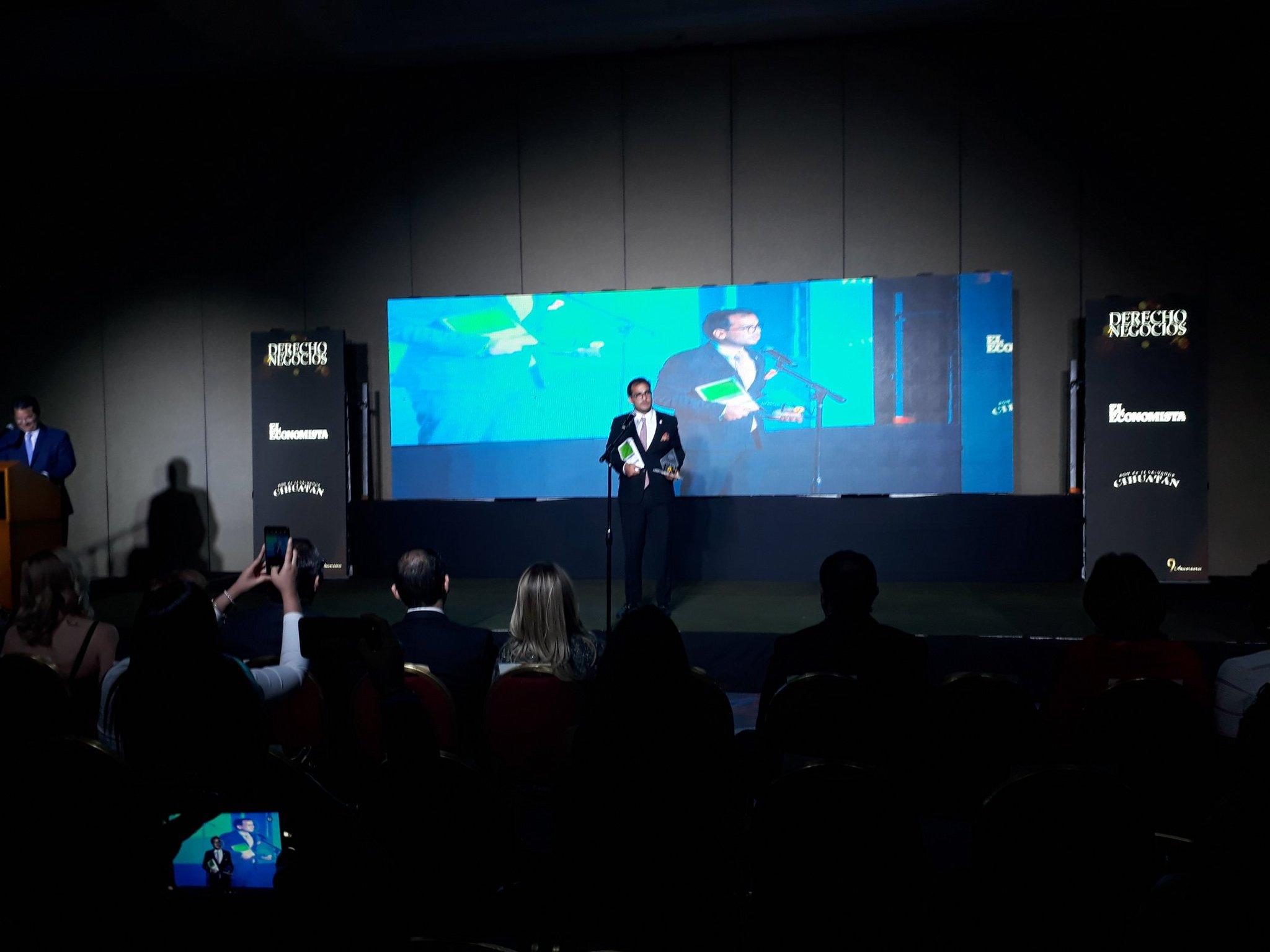 """Herman Duarte recibe premio de mejor """"Proyección Profesional"""" de El Salvador"""