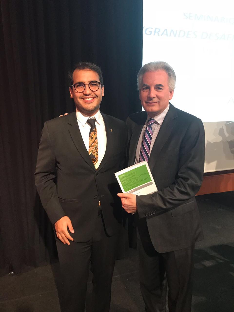 Duarte entrega libro a Álvaro Vargas Llosa