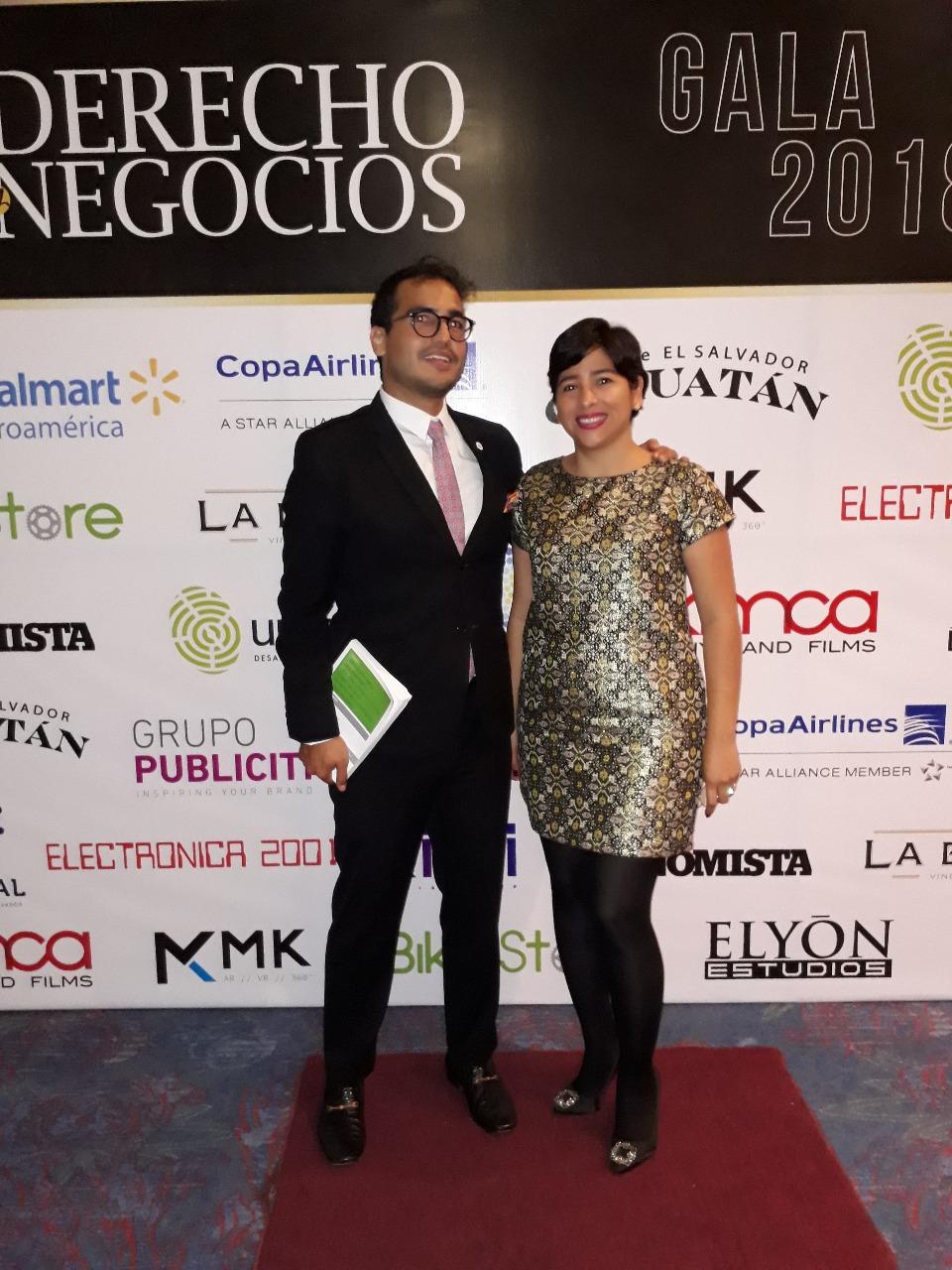 Herman Duarte junto con la periodista Claudia Espinoza