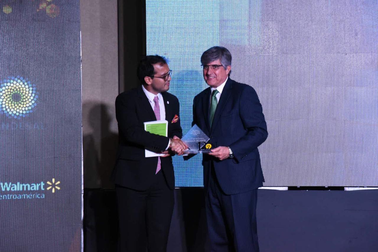 Duarte recibe el premio de las manos del Embajador de España de El Salvador