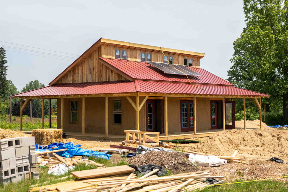 University of Michigan students go off the grid with straw-bale building - Mlive