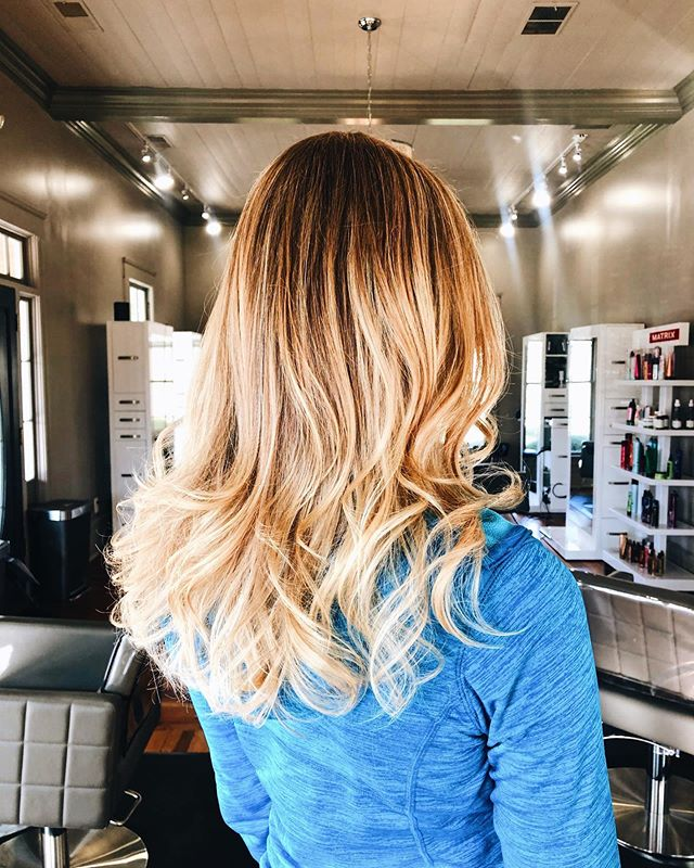 Beautiful highlight cut + style by P 💇🏻‍♀️👑 - Are you having as good of a hair day today as our model in the picture?💃🏻 If not, click the link in the bio to book an appointment with our expert stylists!