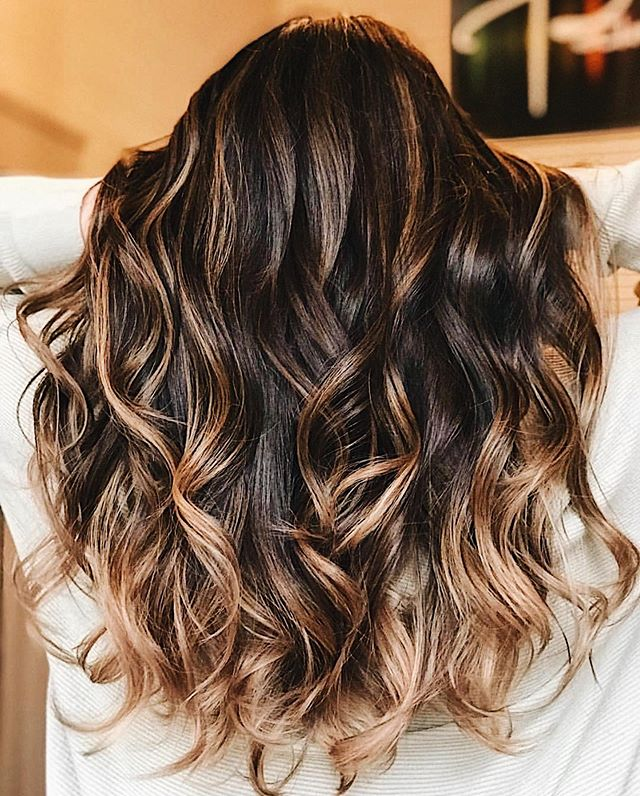 Get that SoCal vibe with new highlights + curls 😍 /// BOOK YOUR APPT WITH US! {LINK IN BIO} /// - 💇‍♀️ by @shearsri79