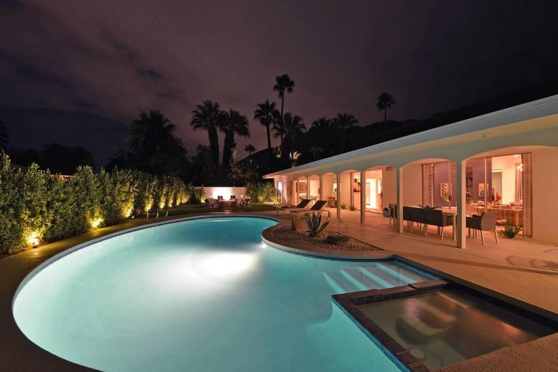 palm springs airbnb blue door.jpg