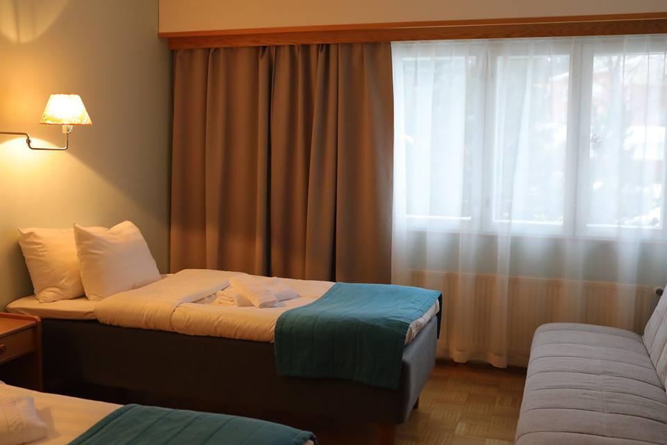 STANDARD Perhe - Hinnat alk. 129€/yöPerhehuoneeseen majoittuu mukavasti 2 aikuista ja 2 lasta. Huoneessa on kaksi erillistä vuodetta ja sohvasta avattava lisävuode kahdelle, oma wc/suihku, jääkaappi, pöytä ja televisio.VARAA PUHELIMITSE 06 82 43 200TAI SÄHKÖPOSTITSE nukkumatti(at)picante.fi