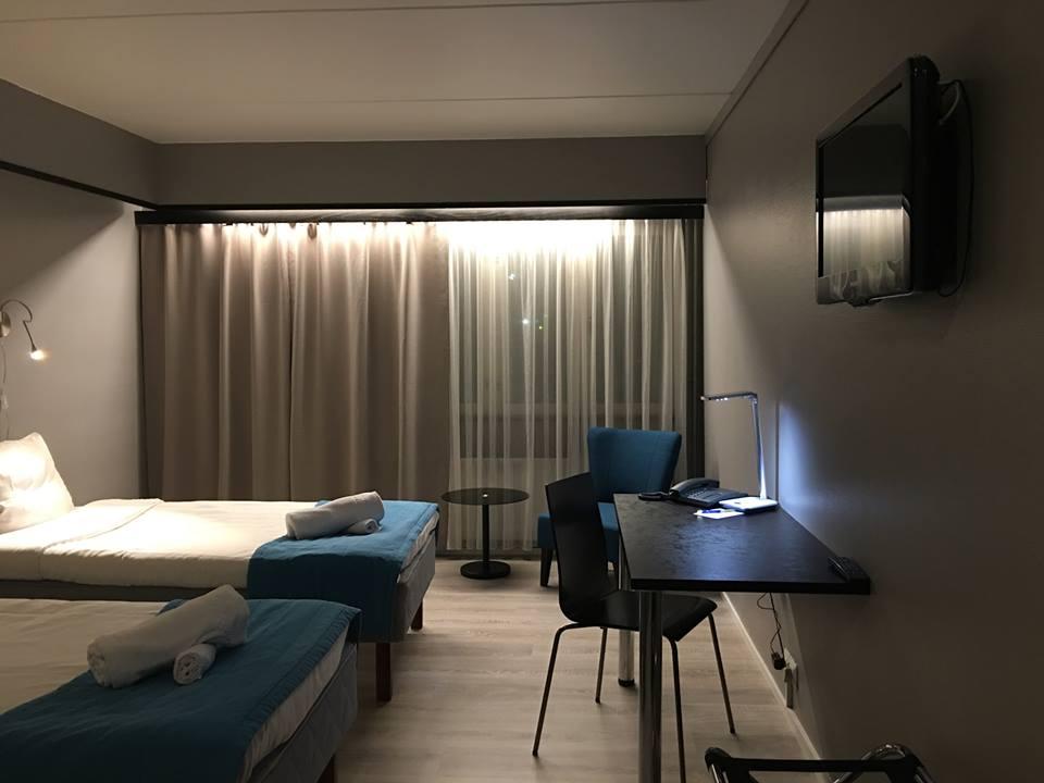 DELUXE 2hh - Hinnat alk. 110€/yö/1hlö, 130€/yö/2hlöäHotellissamme on neljä saunallista Deluxe-huonetta. Huoneista löytyy standard-luokan varustuksen lisäksi myös Dolce Gusto-kahvinkeitin ja lisäksi tarjolla on ilmaisia keksejä ja virvokkeita. Huone on valittavissa saatavuuden mukaan joko erillisillä vuoteilla tai parivuoteella.VARAA PUHELIMITSE 06 82 43 200TAI SÄHKÖPOSTITSE nukkumatti(at)picante.fi