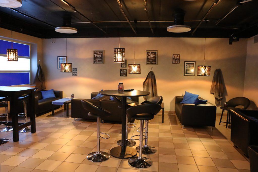 Aulabaari - Hotellin aulassa on lämminhenkinen pieni baari, josta löytyvät oluet ja viinit. Voit istua iltaa, lukea päivän lehtiä, katsella tv:tä tai vaikka rupatella tuttujen ja tuntemattomien kanssa. Aulabaari palvelee:Ma-La klo 15.00-22.00Su klo 15.00-21.00