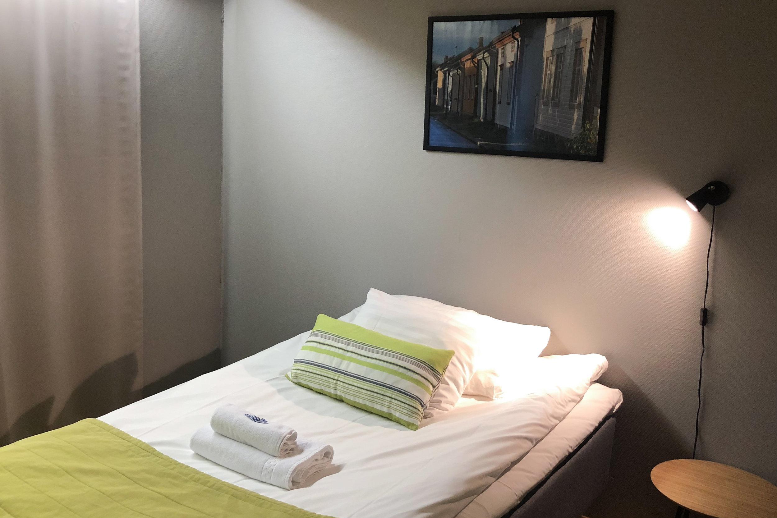 STANDARD 1hh - Hinnat alk. 85€/yöMukavissa yhden hengen huoneissamme on 90cm tai 120cm leveä sänky, oma wc/suihku, jääkaappi, pöytä ja televisio.VARAA PUHELIMITSE 06 82 43 200TAI SÄHKÖPOSTITSE nukkumatti(at)picante.fi