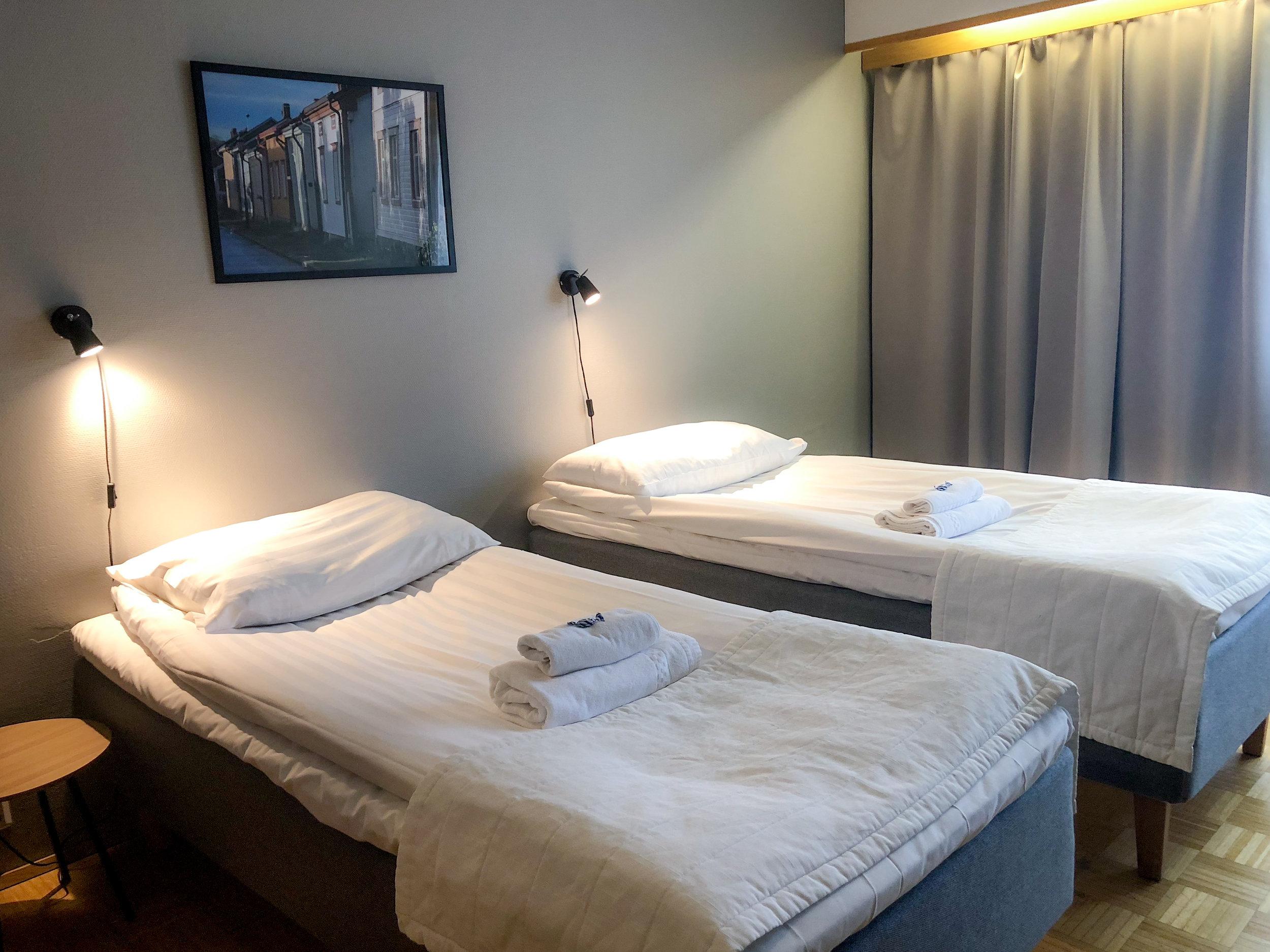 STANDARD 2hh - Hinnat alk. 105€/yöKaikissa kahden hengen huoneissamme on oma wc/suihku, jääkaappi, pöytä ja televisio.Huone on varattavissa saatavuuden mukaan joko erillisillä vuoteilla tai parivuoteella.VARAA PUHELIMITSE 06 82 43 200TAI SÄHKÖPOSTITSE nukkumatti(at)picante.fi