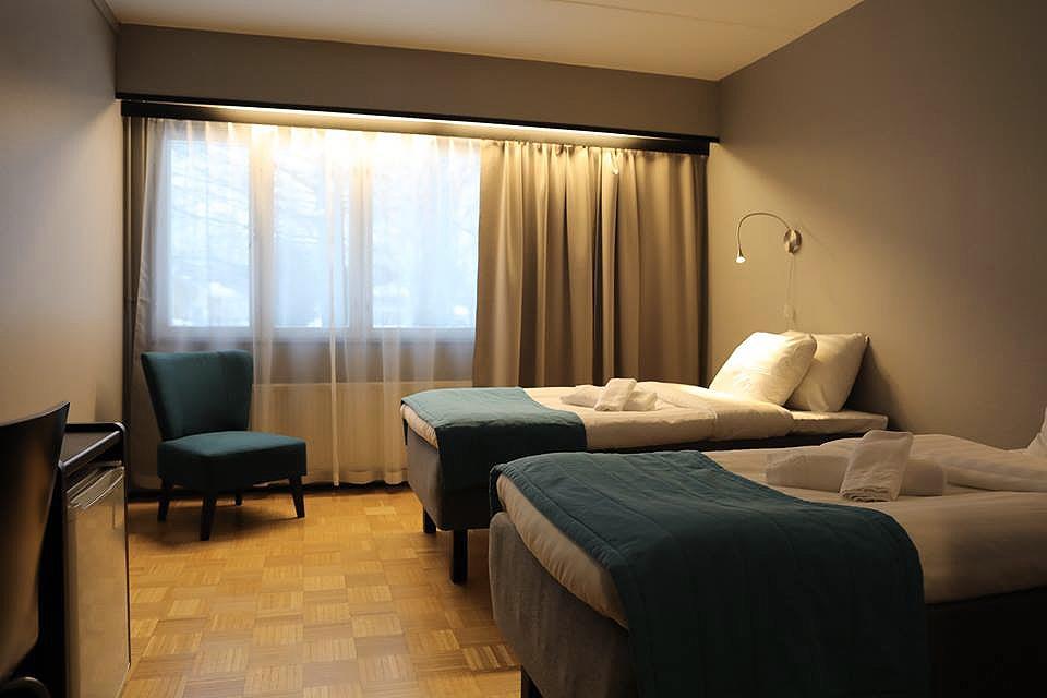 BUSINESS - Hinnat alk. 95€/yö/1hlö, 115€/yö/2hlöäViihtyisissä, uusituissa business-luokan huoneissamme on standard-luokan varustuksen lisäksi vedenkeitin, pikakahvia, teetä, keksejä ja virvokkeita.Huone on saatavilla erillisillä vuoteilla.VARAA PUHELIMITSE 06 82 43 200TAI SÄHKÖPOSTITSE nukkumatti(at)picante.fi