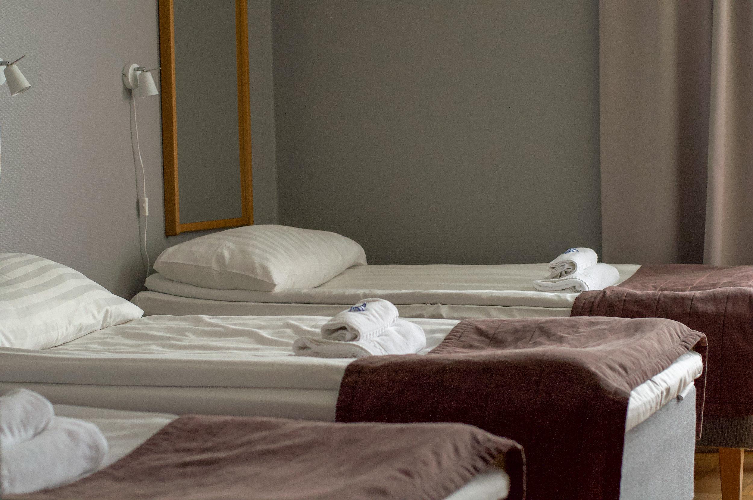 Standard 3hh, kaikissa kolmen hengen huoneissa on kolme erillistä vuodetta.