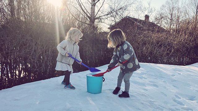 Ja då var det vinter igen! Leia frågade oroligt om sommaren var över imorse, jag hoppas verkligen inte det! ☀️🙈 _____________________ #norrlandspäron #vimedbarn #tvillingar #tvillinger #sverige #östersund #norrland #snö
