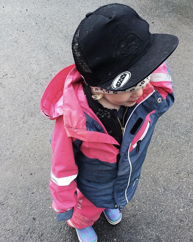 May the forth be with you / 👑 Leia!  Förstår inte barn som kan ta så fina bilder på barnens outfits, här har vi bara tagit oss några meter hemifrån och kepsen är redan smutsig 😂 Typiskt bara att den 4e maj innehåller mer snö, så vi ska fixa hemma, åka och handla lördagsgodis och ikväll väntar middag för mamman och pappan! Ha en underbar dag fina ni! ❤️🙌🏻 ______________________________ #maythe4th #vimedbarn #viföräldrae #starwars #leia #inspirationforflickor #inspirationforpojkar