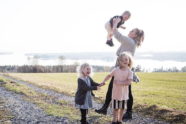 Helt sjukt att vi för en vecka sen kunde låta barnen springa i endast shorts och T-shirt, nu snöar det varje dag! Mitt humör påverkas verkligen, inget tålamod, grinig och känslan av att världen är emot mig. Tur att de här ska sova nu så de slipper sitt Momster! 🙈❤️ _________________________ #norrlandspäron #viföräldrar #vimedbarn #kidsofamily #familygoals #familj #östersund #mammalivet #mammasanning #momster