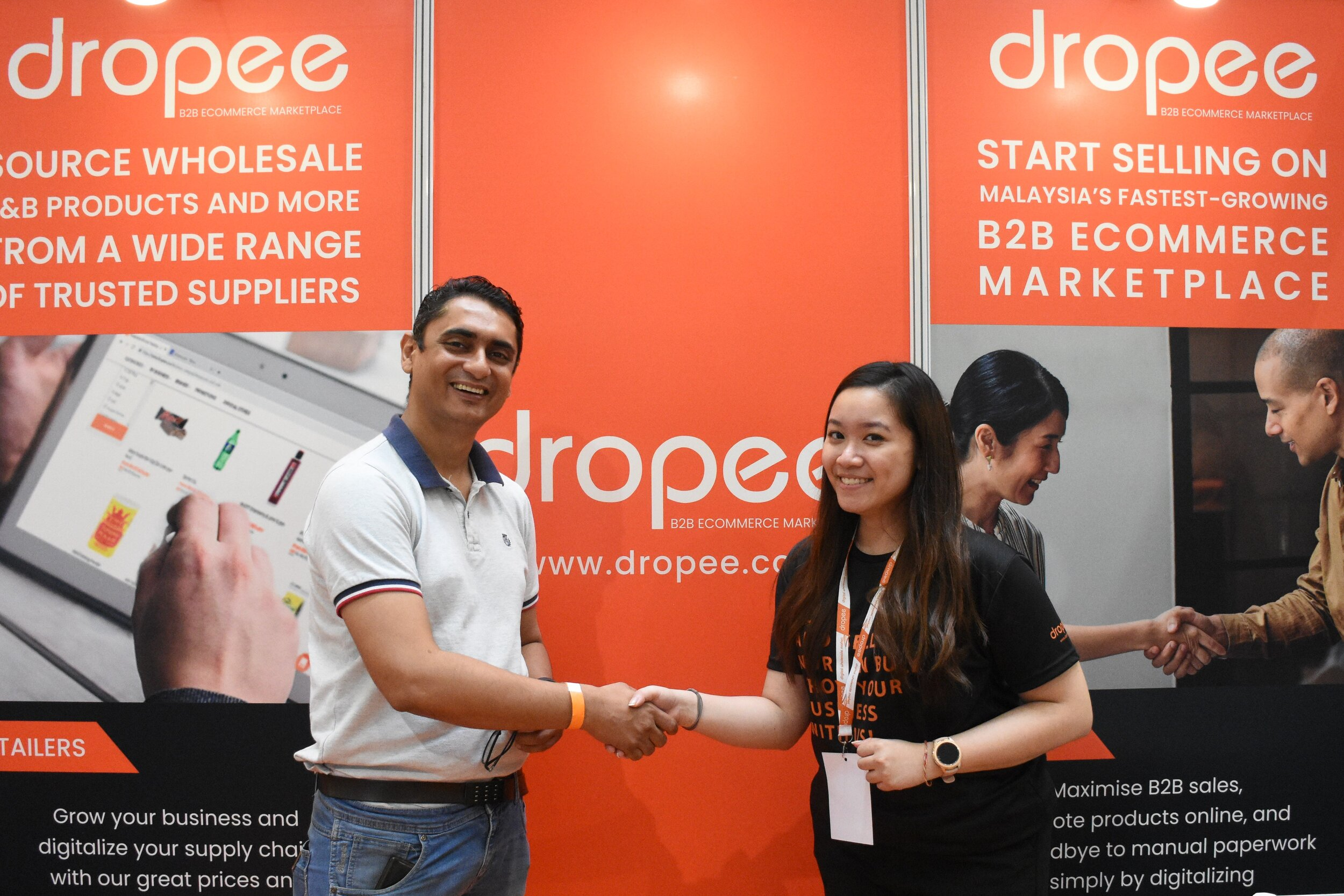 The lucky winner of a RM3000 voucher from Dropee - Gaurav Joshi (Director at Mojo's Kitchen) with Lennise Ng, Dropee's CEO.