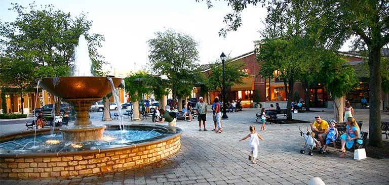 town-square-fountain-dallas-luxury-realty_768.jpg