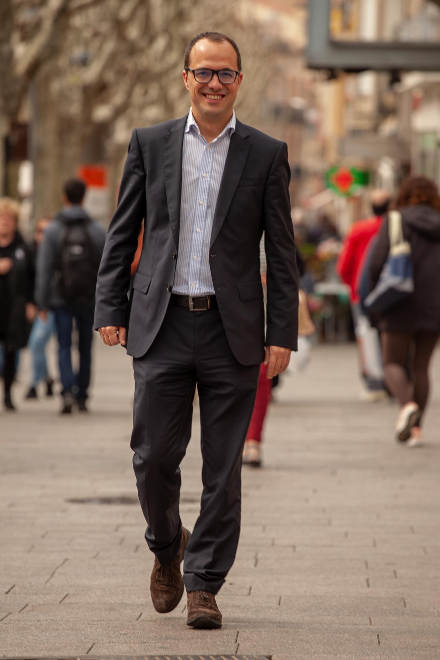 MATARÓ, AL CENTRE DE TOT. - Mataró al centre de tot significa la voluntat de la nostra candidatura de transformar la ciutat amb una proposta innovadora, desacomplexada i decidida.Perquè ja n'hi ha prou de ser una ciutat dormitori a la perifèria de Barcelona! No ho som! Mataró té caràcrer propi i hem de posar en valor tota la nostra riquesa humana i cultural, desenvolupant el talent i l'emprenedoria mataronina, exercint de capital del Maresme i, sobretot, fent de casa nostre un lloc millor en el que viure, amb carrers nets, serveis públics que funcionin i on la convivència sigui la norma, no l'excepció.És l'hora de tornar posar Mataró al centre de tot!Fem-ho possible! Fem-ho junts!
