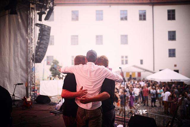 Habibis, habt ihr diesen Freitag (9.8.) auf dem Schirm? Wir spielen bei @ltownlive (Eintritt frei) in Lauingen auf dem Markplatz. Los geht's um 18.00 Uhr. Es spielen Helden in Panik, @singlemalt_music und dann wir. Wir haben krass Bock!   ► 19.00 Uhr: Helden in Panik ► 20.15 Uhr: Single Malt ► 21.30 Uhr: Dude Spencer  📸 @till_luz --------------------------------------------------------------------------------------------------------------  #ltownlive #livemusic #liveshow #altpop #dudespencer  #openair #ontour #concerts #munichmusic #munichconcerts #munichwearemusic #münchenmusik #munichband #indieband #indierock #indielove #indiepop #lauingen #ltown #albertusmagnus #schimmelturm #günzburg #ulm #dillingen #augsburg #singlemalt #singlemaltlive #ltownlive
