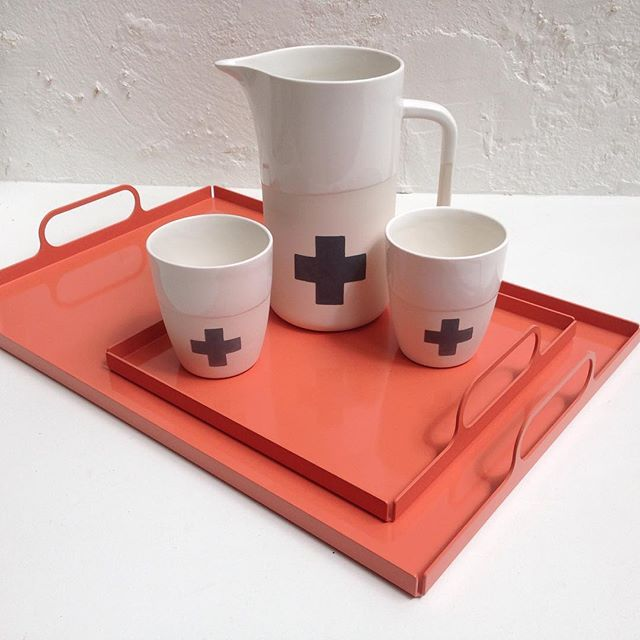 New salmon coloured serving trays by @lixht_official shown with cups and jug by @rusperporcelain