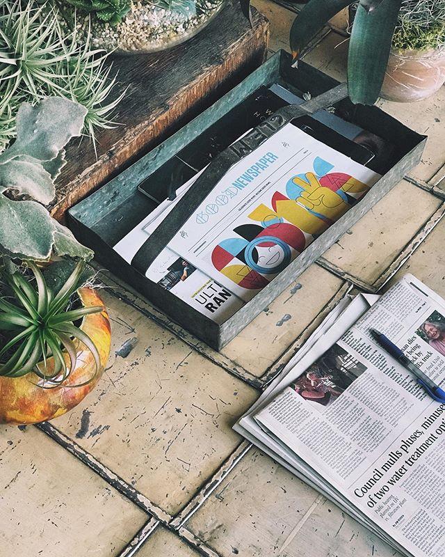 In den Nachrichten landen immer nur die furchtbarsten Ereignisse? 😣 Jetzt, wo wir die Faktoren kennen, die den Wert einer Nachricht bestimmen, macht das mehr oder weniger Sinn 🤷♀️ Aber hey! Es gibt auch das Good Newpaper 🥳 Vier mal im Jahr werden die all die guten Sachen, die da draußen passieren von Storyteller @brandenharvey und seinem Team zu einer kunterbunten und gut gelaunten Zeitung zusammengetragen. Und damit sind die wirklich guten Sachen gemeint: Ideen, die die Welt ein bisschen besser machen und Geschichten von Personen, die sich für gegen Ungerechtigkeit stark machen. 🎉 Aber wie auch auf Social Networks, haben solch inspirierenden Inhalte mit Sinn einfach eine viel zu geringe Reichweite...