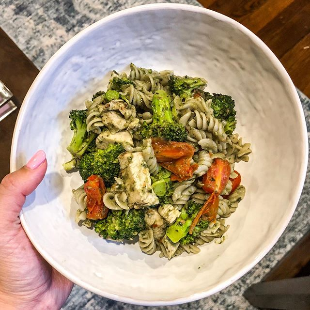 Dinner tonight: Pesto Chicken Pasta from @bareguide by @leahitsines 🥦 SO good and only took me 20 minutes to throw together! I also used brown rice pasta to make it gluten free! Discount code: BRITTNEYRAE10