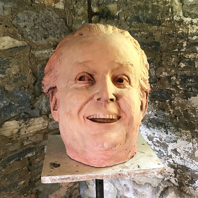 "Dario Fo's brilliant mask acting was an inspiration to Beckie Kravetz. Fo died shortly after Trump was inaugurated and sculpting this portrait was Beckie's antidote to what was happening in the USA.  See you at the Barn Gallery Exhibit, ""Talk to Me"", on July 17th  Happy 4th of July! 🇱🇷 #stonoverfarm #beckiekravetz #berkshires"