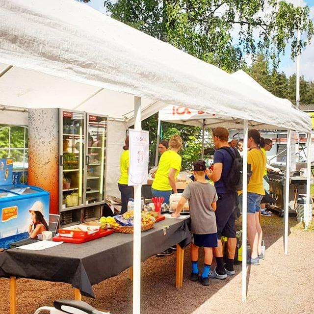 Vi hade ett serveringstält där man kunde få njuta av en massa god mat och trevligt sällskap. Det var rusning både till hamburgare och sallader hela helgen. 🥗🍔🍴 . #borlängeck #borlängetour #mtbsweden #instadalarna #mittborlänge #dtläsarbild #dalabilden #visitdalarna #trevligtfolk  #skånemejeriet #Lindhals  #bonjour #siljans chark #Bröderna Nilssons #icasupermarketkvarnen #lokalmat #rättviksbagaren
