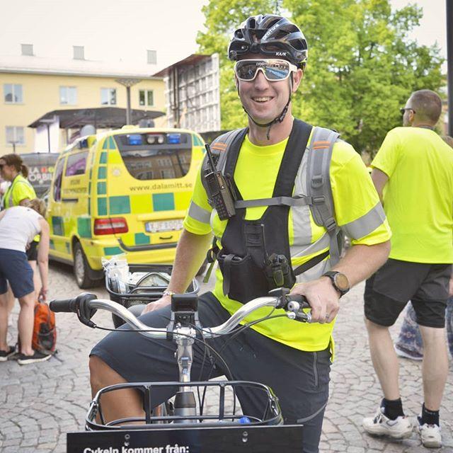 Johan Wahrén och Lars Hellman höll i trådarna för säkerheten. De utbildade flaggvakterna i HLR (hjärt och lungräddning) och plåstrade om de cyklister som behövde. 👨⚕️⛑ Lars är även ledare för Mtb motionärer som Borlänge ck har. . #borlängeck #borlängetour #mtbsweden #instadalarna #mittborlänge #dtläsarbild #dalabilden #visitdalarna #trevligtfolk