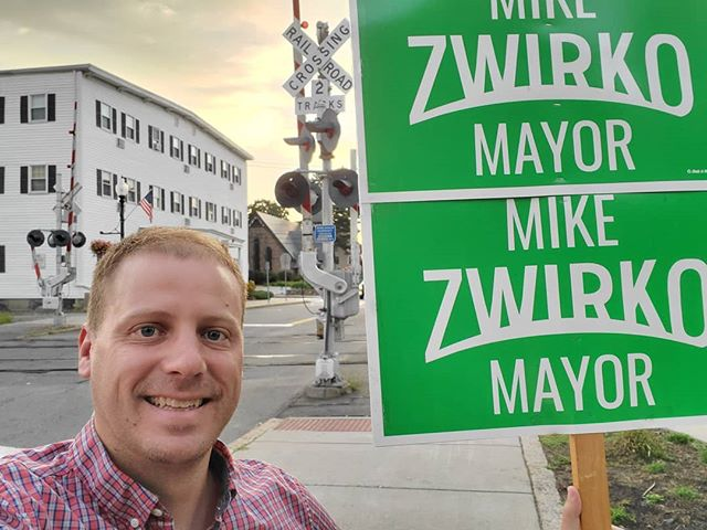 Good Morning from Cedar Park! I'm here greeting commuters on their way into work. Later today the @melrosefarmersmarket will be here too. #MelroseMA #ZwirkoForMayor