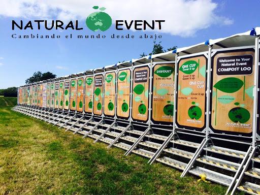 Quiénes Somos - Natural Event ofrece un alquiler completo de cubículos y orinales secos y ecológicos para eventos de cualquier tamaño, desde fiestas de barrio a festivales de miles de personas. Siempre ofreceremos un sistema a la medida de tu evento. Tenemos más de 15 años de experiencia en la industria y hemos colaborado con más de 240 eventos en 6 países diferentes.