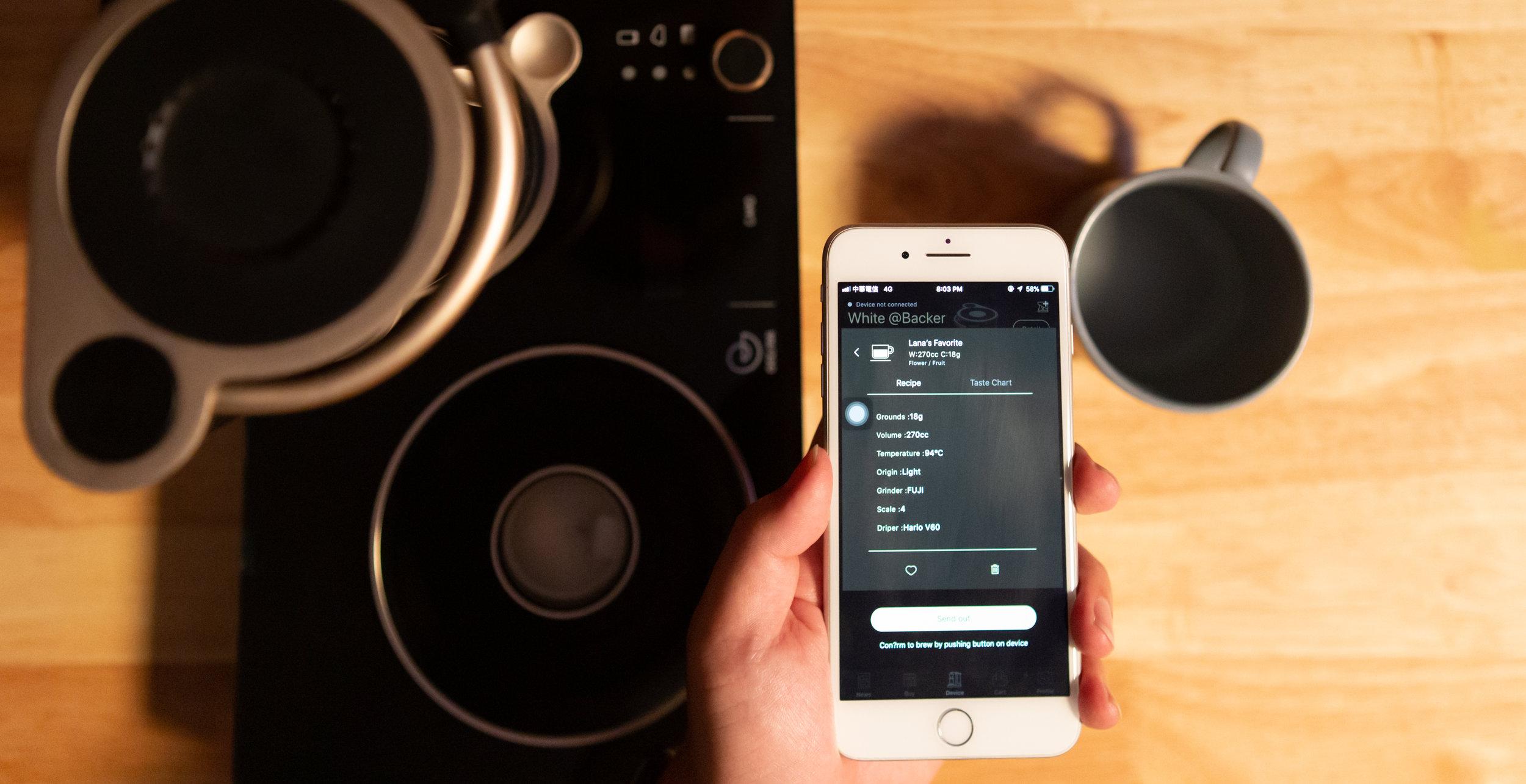 11_GEESAA black model with app.jpg