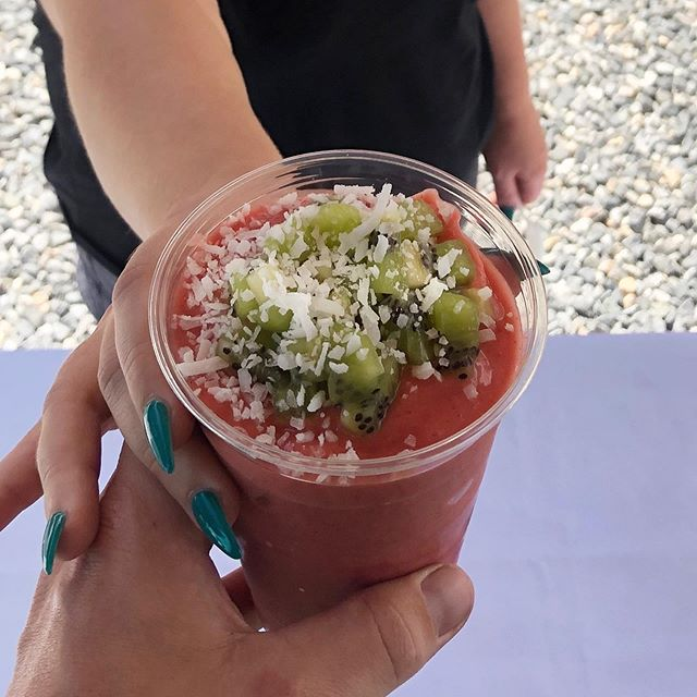 When you're feeling a little extra 😉 . . Islander smoothie with fresh kiwi added 🤤🥝🍓🍌🥥 • • • • • #sunshinebowls #denver #cityofdenver #goodfood #healthy #5280eats #303eats #denvereats #denverfoodscene #denverfoodie #bestfooddenver #denverfoodtrucks #denvervegans #eatrealfoods #discoverfoodtrucks #vegansofdenver #foodtruck #foodtrucklife #acaibowl #acai #pitaya #pitayabowl #smoothies #freshfruit #springiscoming #denvercolorado #happiness #coloradogram #yougottaeatthis