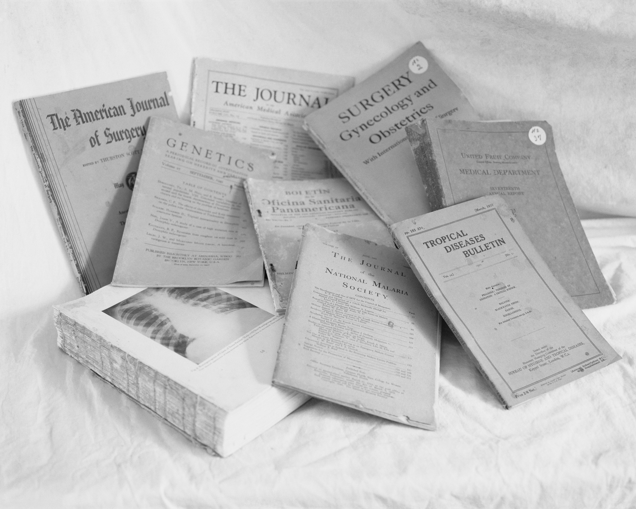 Objects of interest: medical journals (tropical diseases, malaria, surgical procedures, genetics) from the Henry Ford Hospital, May, 2014, Belterra, Pará, Brazil. 2014/2018