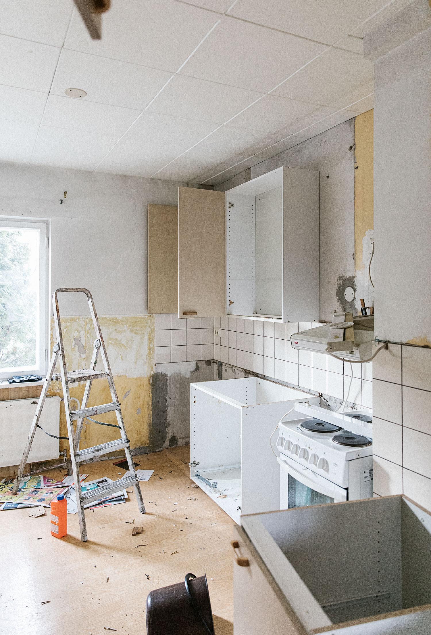 Vanhan keittiön purkua.