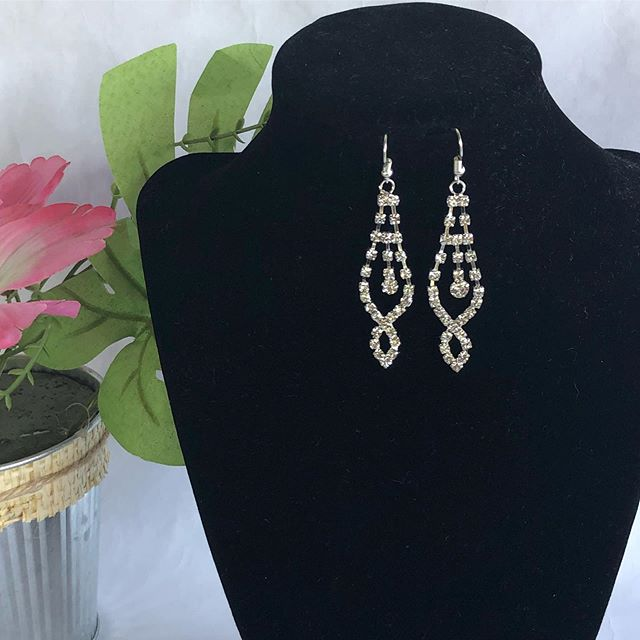 Caught In Silver Earrings #latinachicboutiquereidsvillenc #onlineshopping #mujermoderna #boutique #latinabloggers #newarrivals #earringstyle