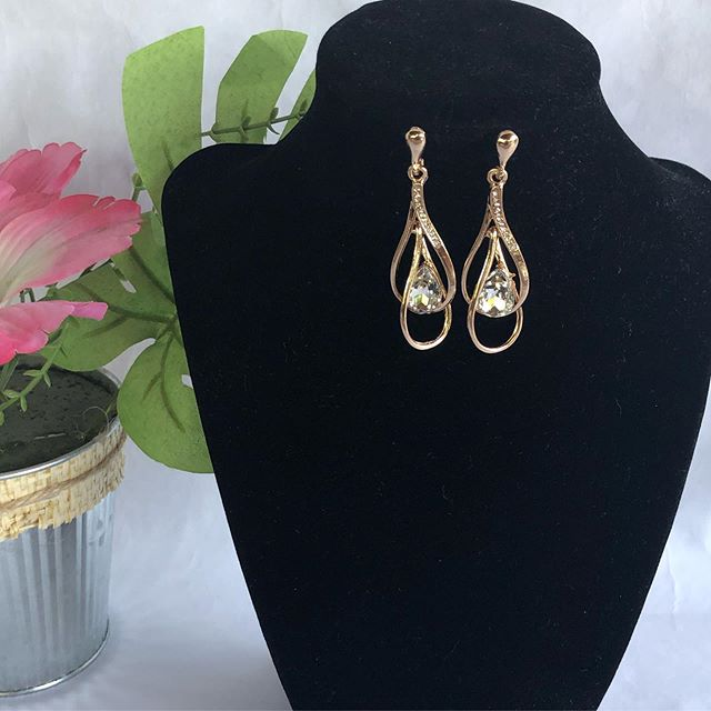 Rain Drop earrings. #latinachicboutiquereidsvillenc #onlineshopping #boutique #modalatina #mujermoderna #latinabloggers #modern #newarrivals #earringstyle