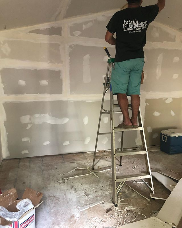 Getting my She Shed done this week for my Showroom/Office online boutique. Hubby supporting me with my ideas and more to come.  In hopefully to build the brand and get me a warehouse that way I won't have to do it at home.  Prayers for it. #latinachicboutique #sheshed #sheshed/showroom/office #onlinebusiness #womenswear #onlineshopping #bohostyle #newarrivals #metgala2019 #womensfashion #womenswear #latinabloggers #modalatina