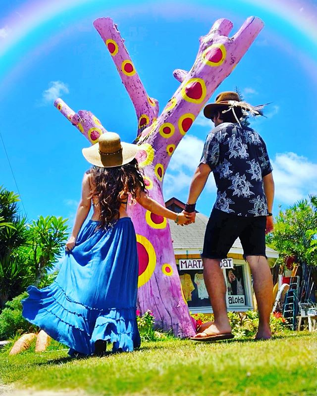 It's official... He and I are reflecting whole new worlds within each other 🙌🏽🌈🌎🔮🎨🔥👑Who would have ever thought 💭...met 6 years ago and are expanding in love here and now 💕 . We pulled over, fascinated by the art of Ambrose and this whimsical painted tree by his beloved Marta @martasboat ..here on our romantic getaway to Grandmother Kauai 💏🥳✈️🌈🏝