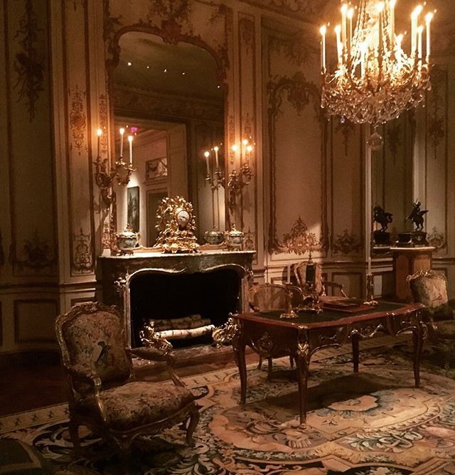 Who else is procrastinating on this Monday afternoon dreaming of working out of this French Chateau? Can you say office goals 😍😍