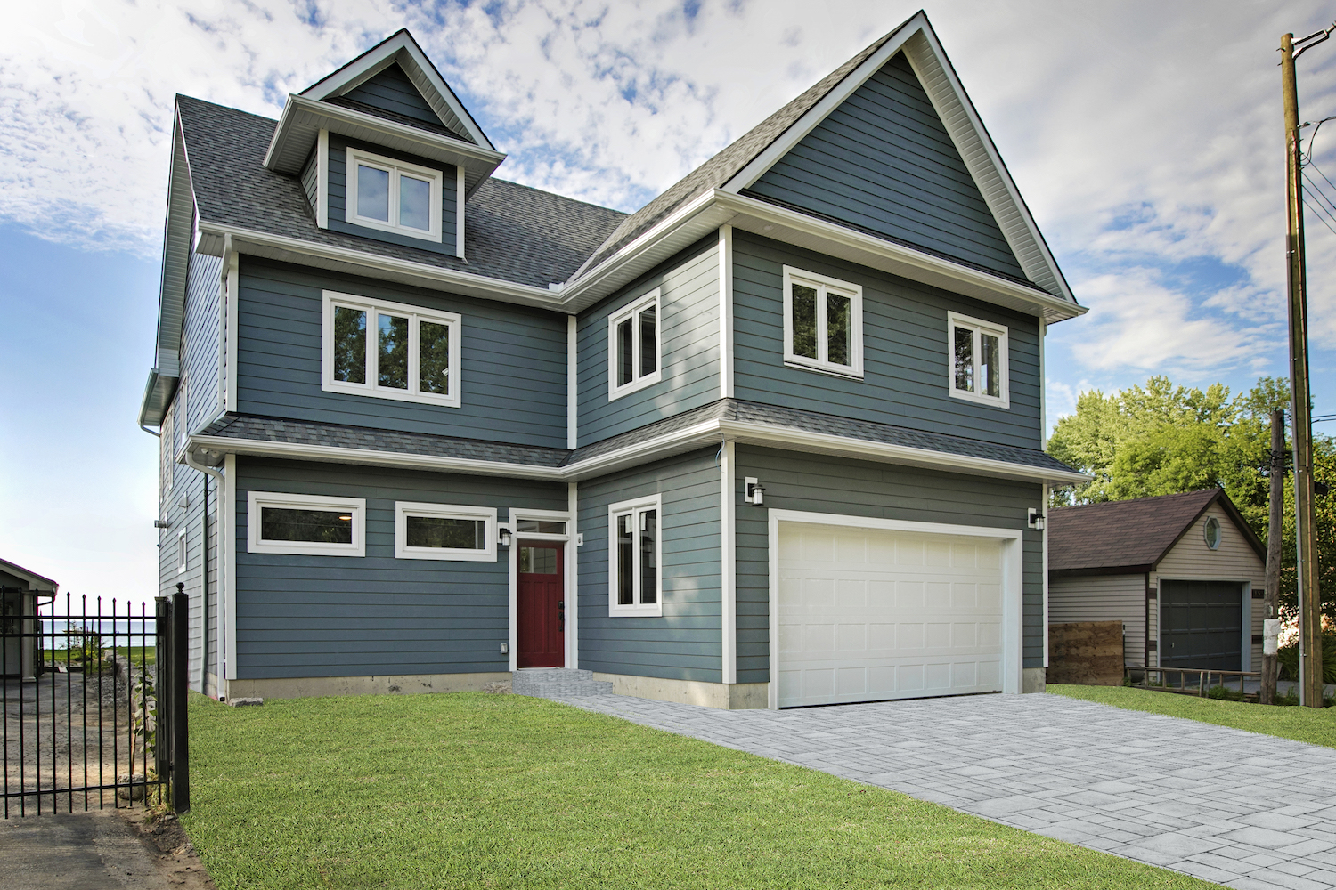 Pefferlaw_lakefront_two_story_custom_home-construct_conserve-new.jpg