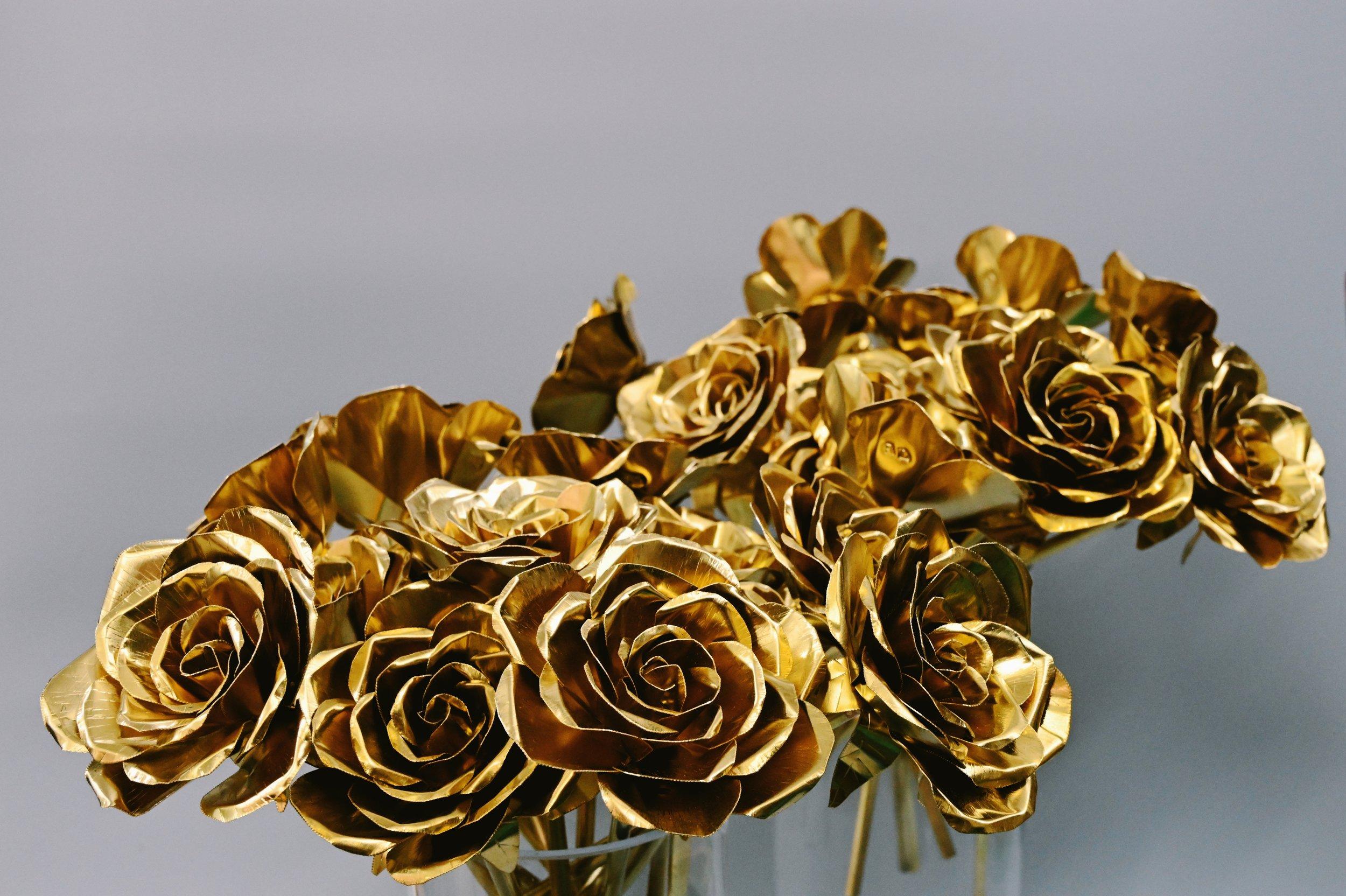 3hrs 銅玫瑰製作班Copper Rose Making - 適合新手/自稱手殘者透過這簡短課程,參加者可嘗試如何以傳統打金手法將堅硬的金屬變成形態優雅的玫瑰,當中也可初嘗焊接的樂趣(非用膠水)~顏色選擇: 金 / 玫瑰金 /銀成品即日拎走